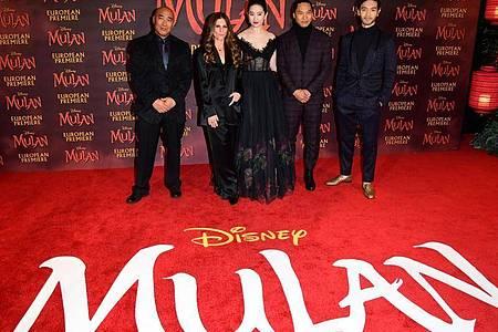 Ron Yuan, Niki Caro, Lui Yifei, Jason Scott Lee und Yoson bei der Europa-Premiere von «Mulan» in London. Foto: Ian West/PA Wire/dpa