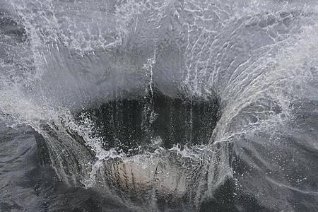 """Mit ihrer Aktion im Meeresschutzgebiet Adlergrund will Greenpeace verhindern, dass der Boden von Fischern mit Schleppnetzen """"durchpflügt"""" wird. Foto: Stefan Sauer/dpa"""