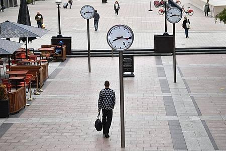 Wenige Passanten auf der Reuters Plaza im Londoner Büroviertel Canary Wharf. Foto: Victoria Jones/PA Wire/dpa