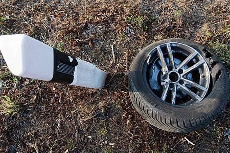 Eine Felge und ein Reifen liegen an einer Bundesstraße. Foto: Julian Stratenschulte/dpa
