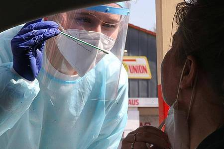 Immer noch wird in Deutschland nur ein Bruchteil der Abstriche auf Varianten des Coronavirus getestet. Foto: Wolfgang Kumm/dpa
