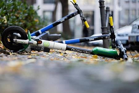 Mehrere E-Scooter liegen auf einem Gehweg:Insgesamt gesehen spielen sie beim Unfallgeschehen eine vergleichsweise geringe Rolle. Foto: Rolf Vennenbernd/dpa