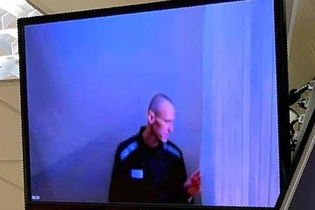 Das von einem Moskauer Bezirksgericht zur Verfügung gestellte Foto zeigt den russischen Oppositionsführer Alexej Nawalny per Videoschalte aus dem Gefängnis. Foto: Uncredited/Babuskinsky District Court/AP/dpa