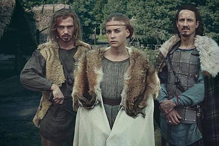Die Hauptdarsteller der Serie: David Schütter (als Folkwin, l-r), Jeanne Goursaud (als Thusnelda) und Laurence Rupp (als Hermann). Foto: Krzysztof Wiktor/Netflix/dpa