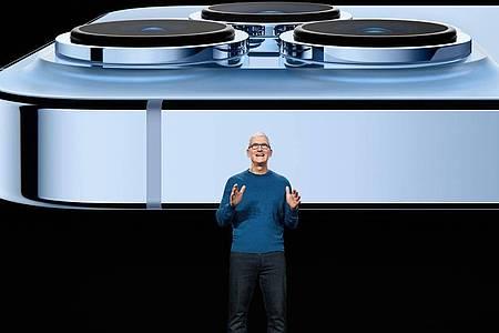 Apple-Chef Tim Cook präsentiert das neue iPhone 13 Pro. Äußerlich behält es das Design der aktuellen Generation mit eckigen Kanten. Foto: Apple Inc./dpa-tmn