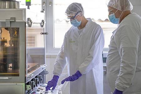 Der angehende Pharmakant Paul Boos lernt in seiner Ausbildung, worauf es beim Einrichten der Tablettenpresse ankommt. Foto: Pascoe Naturmedizin/dpa-tmn
