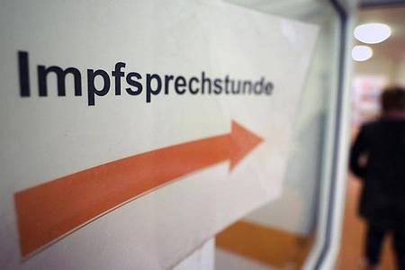 Im Gesundheitsamt weist ein Zettel mit der Aufschrift «Impfsprechstunde» den Weg zur Praxis, in der u.a. die Grippeschutzimpfung erfolgt. Foto: Bernd Wüstneck/dpa-Zentralbild/dpa