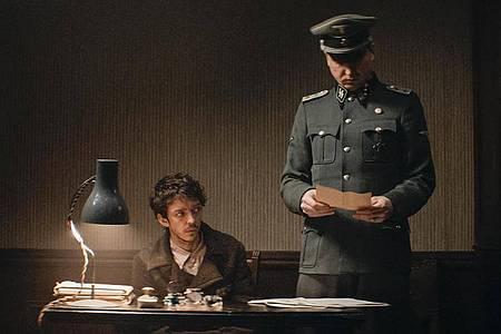 Gilles (Nahuel Perez Biscayart) soll Klaus Koch (Lars Eidinger) Farsi beibringen. Foto: Alamode Film/dpa
