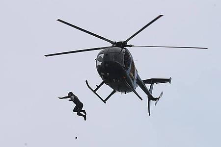 John Bream beim Sprung aus etwa 40 Metern Höhe. Foto: Andrew Matthews/PA Wire/dpa