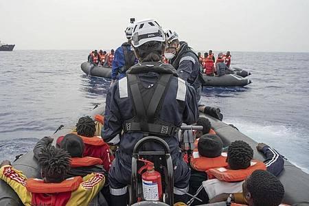 Seit Donnerstag haben die Seenotretter täglich Flüchtlinge in Sicherheit gebracht, die in kleinen Holz- und Schlauchbooten auf dem Weg in Richtung Europa waren. Foto: Fabian Melber / Sea-Watch.Org/Sea-Watch.Org/dpa