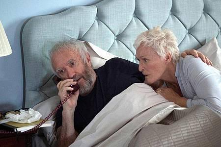 Joan (Glenn Close) hält zu Joe (Jonathan Pryce) - auch in seinen schwachen Momenten. Foto: -/Graeme Hunter Pictures/Meta Film London ltd/dpa
