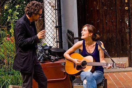 Keira Knightly als Gretta und Marc Ruffalo als Musikproduzent Dan in einer Szene des Films «Can A Song Save Your Life?». Foto: Andrew Schwartz/Studiocanal GmbH/dpa