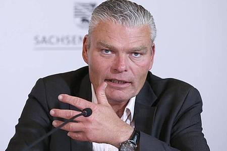 Sachsen-Anhalts Innenminister Holger Stahlknecht (CDU) spricht in der Staatskanzlei in Magdeburg. Foto: Ronny Hartmann/dpa