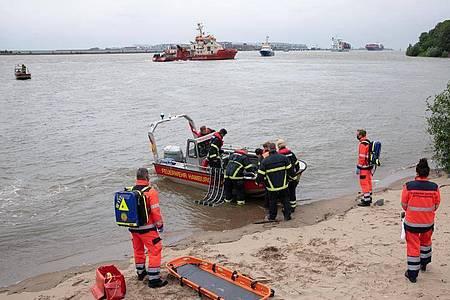 Rettungskräfte der Feuerwehr Hamburg bei einer Übung an der Elbe bei Teufelsbrück im Einsatz. Foto: Christian Charisius/dpa