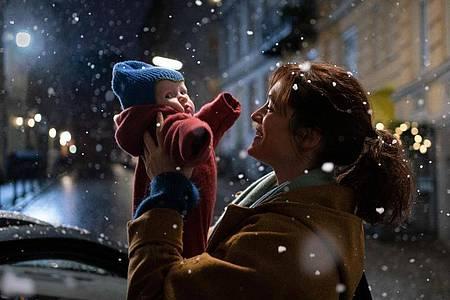 «Plözlich so still»: Eva (Friederike Becht) und die kleine Sarah staunen über die ersten Schneeflocken. Foto: Georges Pauly/ZDF/dpa