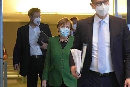 Berlins Regierender Bürgermeister Michael Müller (r), Kanzlerin Angela Merkel (M) und Bayerns Ministerpräsident Markus Söder nach der letzten Bund-Länder-Runde. Foto: Michael Kappeler/dpa/Pool/dpa