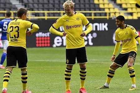 Die Dortmunder um Julian Brandt (M.) starteten nach der Corona-Pause mit einem Derbysieg. Foto: Martin Meissner/AP-Pool/dpa