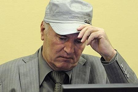 Der ehemalige serbische General Ratko Mladic sitzt im Juni 2011 auf der Anklagebank des UN-Kriegsverbrechertribunals in Den Haag. Foto: Martin Meissner/ANP/AP POOL/EPA FILE/dpa