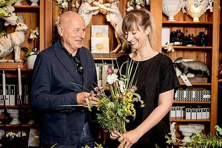 Floristinnen und Floristen müssen wissen, was für bestimmte Anlässe machbar ist - und was nicht: Das lernt die Auszubildende Lisa Eva Zienc in ihrem Ausbildungsbetrieb «Blumen- und Gartenkunst» in Berlin. Foto: Zacharie Scheurer/dpa-tmn