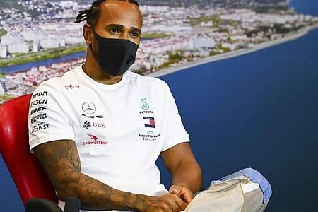 In Sotschi steht vor allem Weltmeister Lewis Hamilton im Mittelpunkt der Gespräche. Foto: Mark Sutton/Pool Motorsport Images/AP/dpa