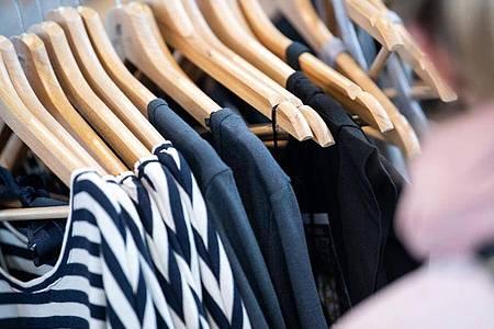 Nachhaltig produzierte Kleidung an einem Messestand. Die Uni in Lüneburg bringt eine App für Modebewusste heraus, die weg vom schnellen Konsum wollen. Foto: Sebastian Gollnow/dpa