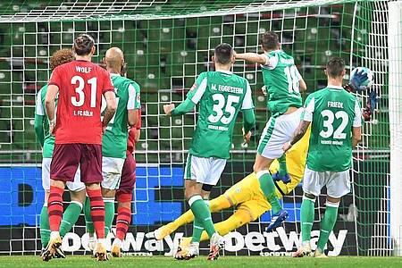 Werder gerät durch ein Eigentor von Niklas Moisander in Rückstand. Foto: Carmen Jaspersen/dpa
