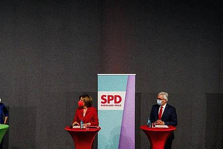 Anne Spiegel (l.-r., Bündnis 90/Die Grünen), Malu Dreyer (SPD), Roger Lewentz (SPD) und Daniela Schmitt (FDP). Foto: Andreas Arnold/dpa