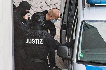 Wird heute weiter befragt: Der angeklagte Halle-Attentäter Stephan Balliet (3.v.l.). Foto: Hendrik Schmidt/dpa-Zentralbild/dpa