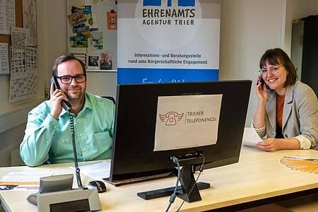 Die Corona-Pandemie trifft viele Alleinstehende besonders hart. Telefonischer Kontakt kann da helfen, wie das Projekt «Trierer Telefonengel». Foto: Harald Tittel/dpa