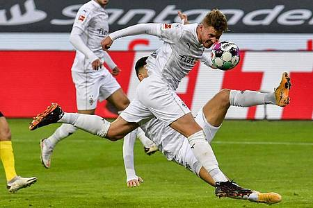 Mönchengladbachs Nico Elvedi erzielt das erste Tor. Foto: Martin Meissner/Pool AP/dpa
