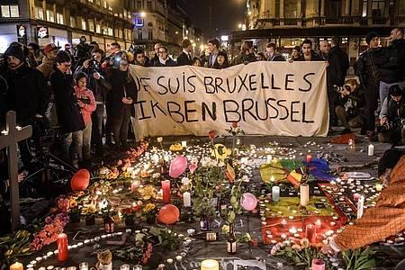 Menschen versammeln sich am Börsenplatz, um der Opfer der Terroranschläge auf die Metro und den Flughafen von Brüssel zu gedenken. Foto: picture alliance / dpa