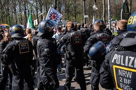 Einsatzkräfte der Polizei stehen auf der Straße des 17. Juni. Foto: Paul Zinken/dpa-Zentralbild/dpa