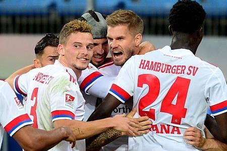 Simon Terodde (M) war der gefeierte Mann beim HSV-Sieg gegen Düsseldorf. Foto: Daniel Bockwoldt/dpa