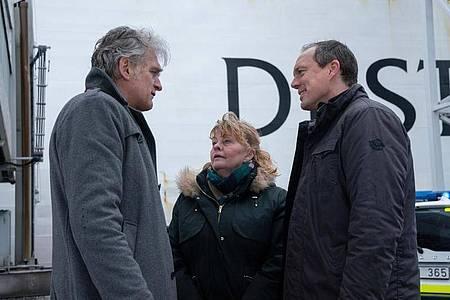 Kommissar Robert Anders (Walter Sittler) bedankt sich bei seinen Kollegen Ewa (Inger Nilsson) und Thomas (Andy Gätjen) für die Unterstützung bei der Auflösung des Mordfalls. Foto: Georges Pauly/ZDF/dpa