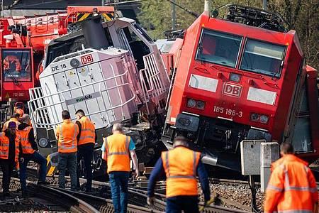 Die verunglückten Loks in der Nähe vom Bahnhof Fallersleben. Am Mittwochabend war eine Lok mit dem Triebfahrzeug eines Güterzuges kollidiert. Verletzt wurde niemand. Foto: Moritz Frankenberg/dpa