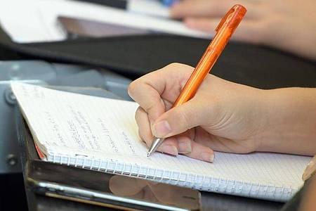 In Ausbildung oder Studium können Menschen mit Legasthenie zum Beispiel mehr Zeit für Prüfungen bekommen. Foto: Stefan Puchner/dpa/dpa-tmn