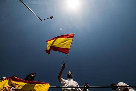 Javier Ortega Smith, Generalsekretär der rechtspopulistischen Vox-Partei, schwenkt eine spanische Flagge während einer Auto- und Motorradrallye des von seiner Partei organisierten Protests. Foto: Joaquin Corchero/EUROPA PRESS/dpa