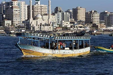 Ein Fischerboot vor der Küste des Gazastreifens. Nun hat Israel die Fischereizone geschlossen. Foto: Adel Hana/AP/dpa/Archiv