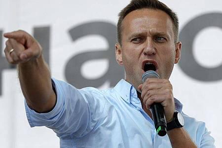 Alexej Nawalny, Oppositionsführer aus Russland, spricht bei einem Protest in Moskau. Beim russischen Kremlkritiker ist das künstliche Koma beendet worden. (Archivbild). Foto: Pavel Golovkin/AP/dpa