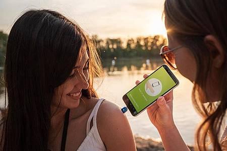Durch Hitze soll der «Heat_it» bei Insektenstichen helfen - eine App zeigt an, wie lange er auf die Stichstelle gedrückt werden sollte. Foto: heatit.de/dpa-tmn