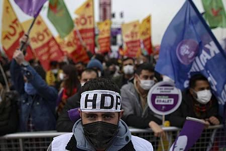Unterstützer der prokurdische Oppositionspartei HDP während einer Protestveranstalgung im März diesen Jahres. Foto: Emrah Gurel/AP/dpa/Archiv