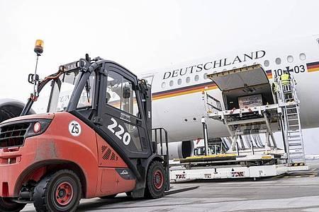 Mit 120 Beatmungsgeräten im Laderaum hat der Airbus A350 «Kurt Schumacher» am Samstag vom Flughafen Köln-Wahn aus Kurs auf die indische Hauptstadt Neu Delhi genommen. Foto: Thorsten Weber/Bundeswehr/dpa