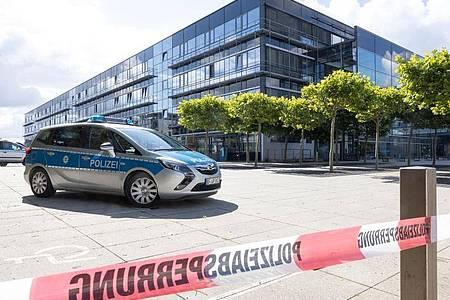 Ein Polizeiauto steht nach einer Bombendrohung vor dem Justizzentrum Erfurt. Foto: Michael Reichel/dpa-Zentralbild/dpa