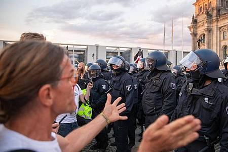 Vor dem Reichstagsgebäude wurde eine Absperrung von Demonstranten durchbrochen. Foto: Christoph Soeder/dpa