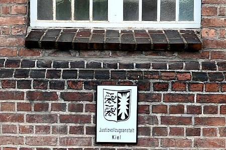 Blick auf die Justizvollzugsanstalt Kiel, in der der Verdächtige zurzeit wegen Drogenhandels einsitzt. Foto: Carsten Rehder/dpa