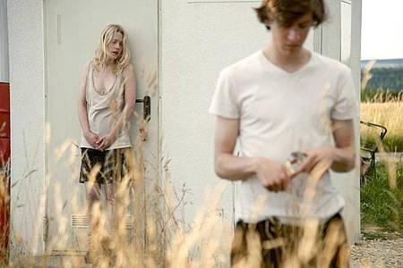 Die Zwillinge Elena (Julia Zange) und Robert (Josef Mattes) gehen eine bizarre Wette ein. Foto: Philip Gröning/BR/ARD/dpa