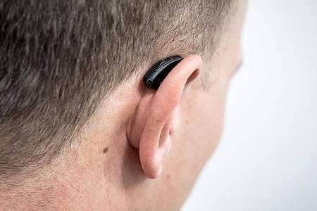 Hörgeräte fallen beim Auf- und Absetzen von Maske, Mütze oder Stirnband mitunter mal runter. Foto: Alexander Heinl/dpa-tmn