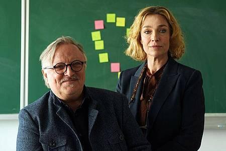 Axel Prahl und Aglaia Szyszkowitzy sind die Hauptdarsteller der ZDF-Komödie «Extraklasse». Foto: Hans-Joachim Pfeiffer/ZDF/dpa