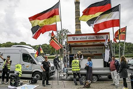 Demonstration einer Gruppe «Gelbe Westen» mit dem Titel: «Heimat und Weltfrieden» am Großen Stern in Berlin. Foto: Carsten Koall/dpa
