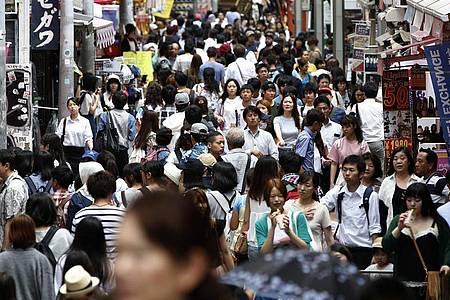 Menschen drängen sich auf einer Straße der japanischenHauptstadt. Foto: Yuya Shino/epa/dpa
